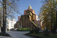 Kiew das Goldene Tor Zoloti vorota auf dem die Verkuendigungskirche thront mit dem davor stehenden Denkmal fuer Jaroslav dem Veranlasser des Baues der Sophienkathedrale dessen Modell er in der Hand haelt . The Golden Gate of Kiev (Zoloti vorota, literally 'golden gate') is a historic gateway in the ancient city walls of Kiev with monument to Yaroslav the wise, holding a model of Saint Sofia Cathedrale in his hands.