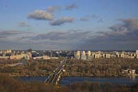 Kiew Panoramablik auf den Fluss Dnepr mit der Metro Bruecke dem Hydropark und die Hochhäuser des rechten Flussufers. A view of Dnipro, also called Dnjepr with Metro bridge and the east of Kiev.