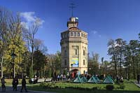 Kiew, das Wasser- und Informationszentrum in den  restaurierten Gebäuden der ersten Zentralwasserleitung die Kiew mit Wasser versrgte im Chrestschatyj  Chrescatyj Park mit Touristen, Besuchern. Water museum of Kiev with poeple, touristis and visitors.