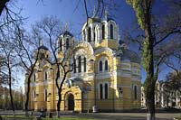 Kiew Volodymyr oder Wolodymyr Kathedrale im byzantischen Stil erbaut . The St. Volodymyr cathredrale.  Saint Vladimir Cathedral is one of the most beautiful temples in Kiev. It was built in the 19th century to commemorate the 900th anniversary of Rus baptizing. Russian Emperor Nicolas I approved the project of the cathedral and ordered to collect money all over Russia. By 1859 more than 100,000 rubles were donated by people from different regions of the country
