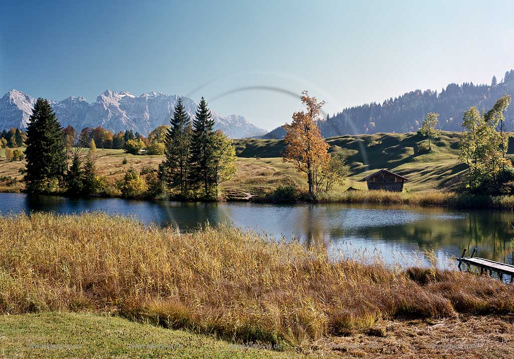 Geroldsee gegen Karwendel in Herbstlandschaft; Lake Geroldsee in autumn landscape with Karwendel rocks in the background